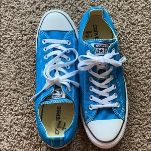 Blue low top Converse in good condition